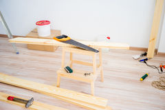 在地板上的木匠工具 免版税库存照片