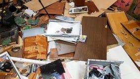 在地板上的残破的老计算机 免版税库存图片