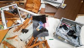 在地板上的残破的老计算机 免版税库存照片