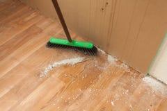 在地板上的清洁残骸由刷子 免版税库存照片