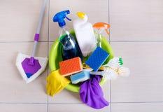 在地板上的清洁物品 库存图片