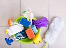 在地板上的清洁物品 免版税库存图片