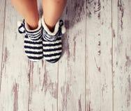 在地板上的温暖的拖鞋 库存图片