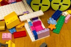在地板上的疏散小玩具 免版税库存图片