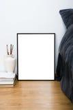 在地板上的空的空白的经典黑框架,最小的家庭卧室 免版税库存照片