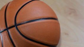 在地板上的篮球 股票录像