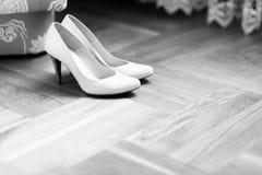 在地板上的精美白色鞋子立场 库存图片