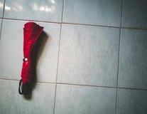 在地板上的红色伞 免版税图库摄影