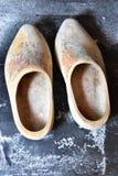 在地板上的老木荷兰鞋子 库存图片
