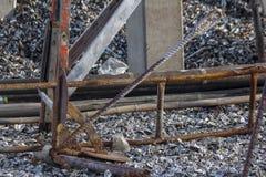 在地板上的老船锚铁 库存照片