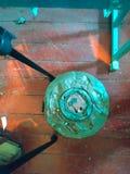在地板上的老被放弃的反坦克矿 免版税图库摄影