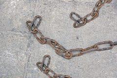 在地板上的老铁锈链子 免版税库存照片