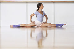 在地板上的芭蕾舞女演员在分裂位置 库存图片