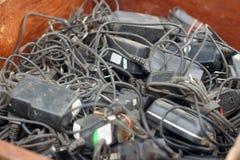 在地板上的蓄电池充电器使用的堆 免版税库存照片