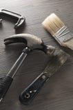 在地板上的被分类的工具 免版税库存图片