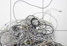 在地板上的被缠结的计算机导线 库存图片