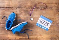 在地板上的跑鞋 免版税库存照片