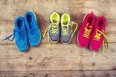 在地板上的运动鞋 图库摄影