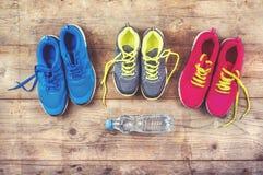 在地板上的运动鞋 免版税库存图片