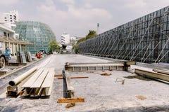 在地板上的建筑钢堆在建筑区域 库存照片