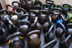 在地板上的Kettlebells在健身锻炼的健身房 库存照片