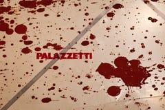 在地板上的Palazzetti商标与红颜色从朱利奥Masieri Audiopaint表现弄脏 图库摄影