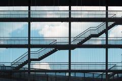 在地板之间的楼梯在一个现代大厦 库存照片