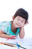 在地板和图画上的儿童谎言在纸 在白色 免版税库存照片