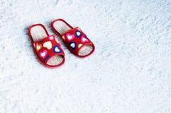 在地板地毯的拖鞋 库存图片