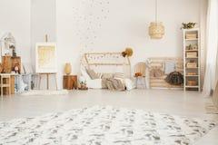 在地板安置的大蓬松地毯在白色斯堪的纳维亚styl 图库摄影