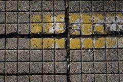 在地板或墙壁上的方形的灰色瓦片 生锈的灰色背景wi 免版税图库摄影