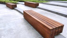 在地板步的长木凳在公园由被堆积的板条做成 免版税库存图片