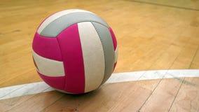 在地板的排球球 图库摄影