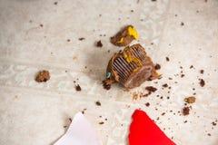 在地板的杯形蛋糕面包屑 免版税图库摄影