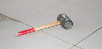 在地板盖瓦的橡胶短槌 免版税图库摄影