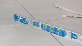 在地板盖瓦的气泡水准 免版税库存图片