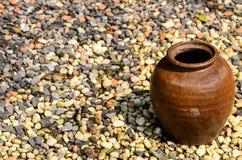 在地板石头的罐 图库摄影