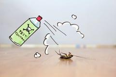 在地板,害虫控制概念上的死的蟑螂 库存图片