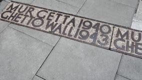 在地板2015年7月6日上的华沙少数民族居住区墙壁历史地点标志, -华沙,波兰 免版税库存图片