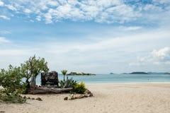 在地标的Luklom海滩木标志板与白色沙子蓝色海和天空,Samae圣海岛,梭桃邑,Chon Buri,泰国,拷贝 库存照片