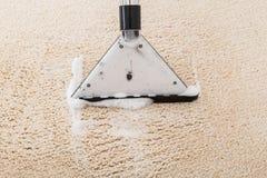 在地毯的吸尘器 库存图片