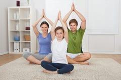 在地毯的家庭实践的瑜伽 库存图片