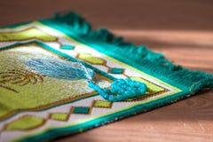 在地毯的念珠祷告的 免版税图库摄影