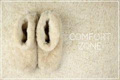 在地毯的拖鞋 舒适范围概念 免版税库存照片
