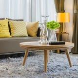 在地毯的木圆桌在客厅 免版税库存照片
