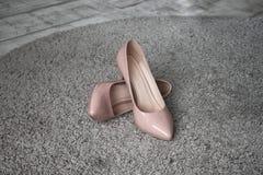 在地毯的桃红色鞋子 免版税图库摄影