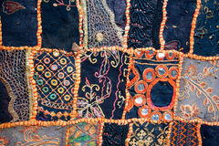 在地毯的民间样式,缝合在补缀品技术  免版税库存照片