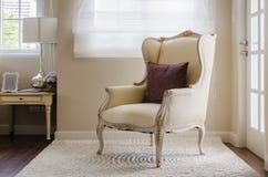 在地毯的经典椅子样式在卧室 库存图片