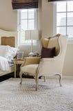在地毯的经典椅子样式有枕头的在豪华卧室 免版税库存照片