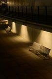 在地点光之下的长凳。 库存照片